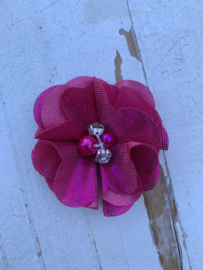 Bloem chiffon met parels & strass metalic hot pink