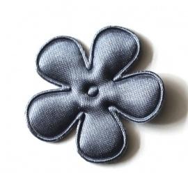 Satijnen bloem  donker grijs 6,5 cm