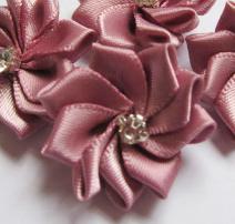 Satijnen bloem met strass  steentje dusty pink/oud roze