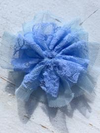 Kanten bloem/rozet met tule licht blauw