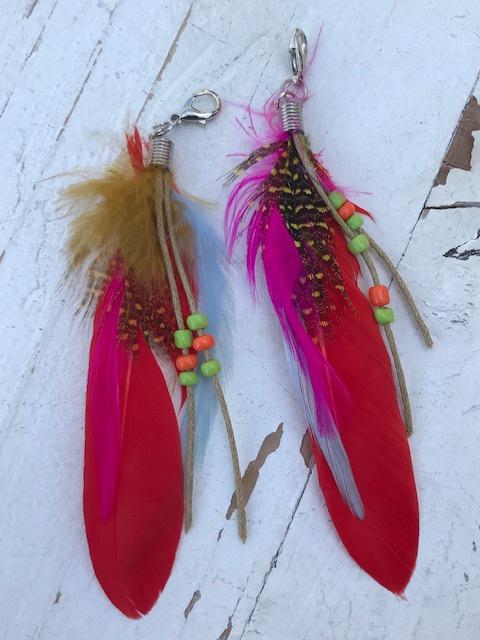 Ibiza veertjes met hanger rood/fel roze