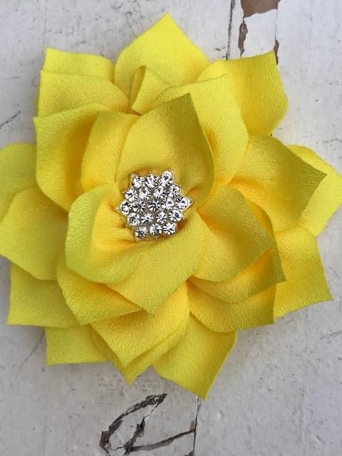 Luxe bloem satijn met ster strass geel