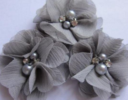 Bloem chiffon met parels & strass grijs