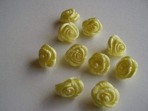 R07 Roosjes licht geel 1cm   (10)
