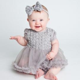 Babyjurk met roosjes grijs mouw + haarband