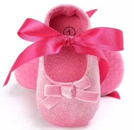 Babyschoen roze met satijnen strik