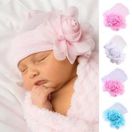 Baby mutsje wit/roze strepen met bloem