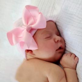 Newborn muts ROZE gestreept met roze strik