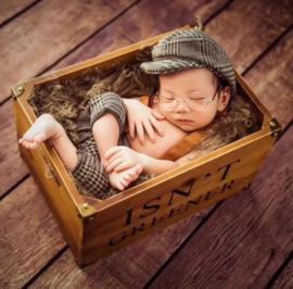 Broek met bretels en platte cap, newborn setje, grijs