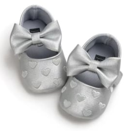 Baby schoen ZILVER met strik en kleine hartjes