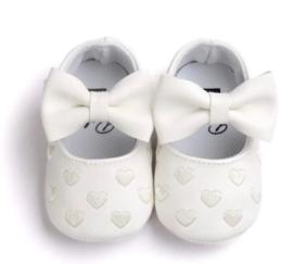Baby schoen WIT met strik en kleine hartjes