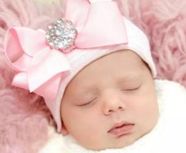 Babymuts roze gestreept met strik en strass