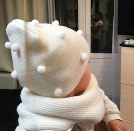 Babymuts WIT met bolletjes
