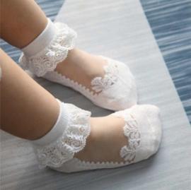 Sokjes wit met kanten rand 1-2 jaar