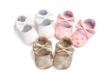 Baby schoen GOUD met strik en kleine hartjes