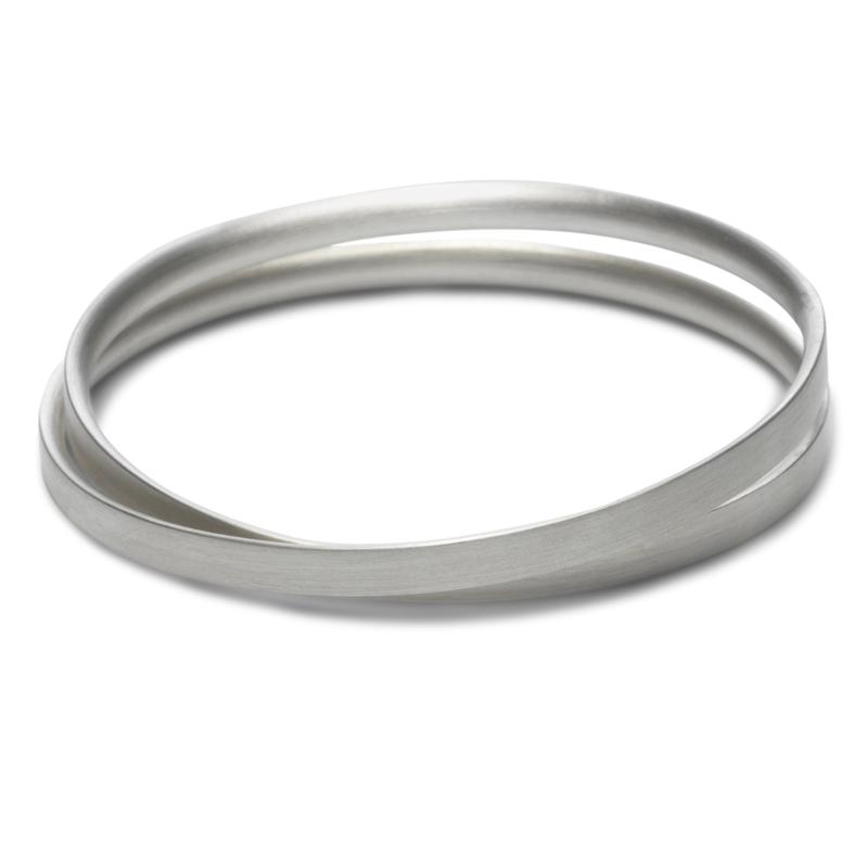 Elegante gedraaide armband, rechte buitenkant,  zilver