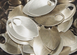 aluminium schaal geborsteld zand/silver kleur 22.2x14.3x0.6mm. rijggat 5.0mm. per 50stuks