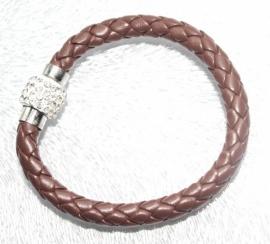 OND466 Armband van gevlochten bruin leder met magnetische sluiting 19cm.
