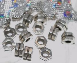 MK114 zeshoekige kraal oud zilver 5mm. zakje 10 stuks