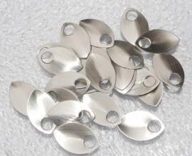 aluminium schaal geborsteld zilverkleur 22.2x14.3x0.6mm. rijggat 5.0mm. per 25stuks