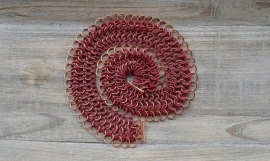 "Inspiratie 042 Chainmail collier ""Flexi"" in rubber rood en glanzend koper"