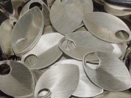 aluminium schaal geborsteld champagne/silver 22.2x14.3x0.6mm. rijggat 5.0mm. per 50 stuks