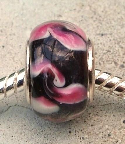 EB0077 Glasbead in zwart/roze.