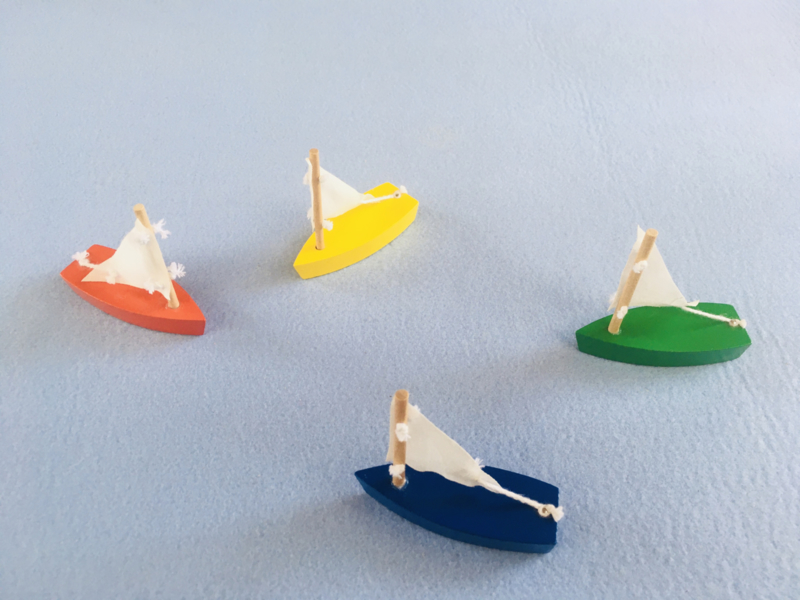 Set van 4 gekleurde bootjes