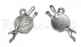 01887 Bedel knot wol met breinaalden Antiek zilver (Nikkelvrij) 26mmx11mm