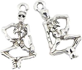 04483 Bedel Skelet Antiek zilver 26mmx13,5mmx3,5mm; gat 2mm 1 stuks