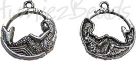 00293 Bedel zeemeermin in cirkel Tibetaans zilver 26mmx22mm