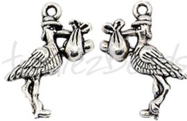 02159 Bedel ooievaar met baby Antiek zilver (Nikkelvrij)