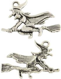 04451 Bedel Heks op bezem Antiek zilver (Nikkelvrij) 29,5mmx37mmx3,5mm; Gat 3mm 2 stuks