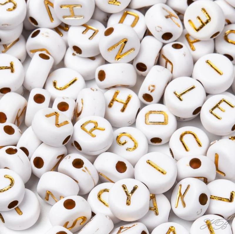 03854 Acrylkraal Letter Wit/goudkleurig 7x4mm; gat 1,5mm ±20 gram