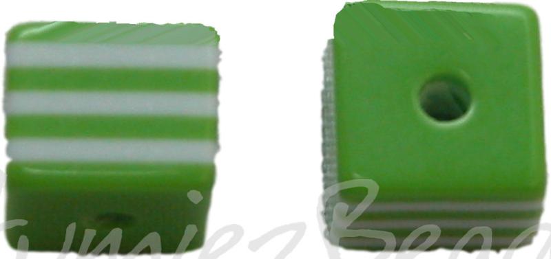 01054 Resin Vierkante kraal Groen/wit 8mm; gat 2mm 11 stuks