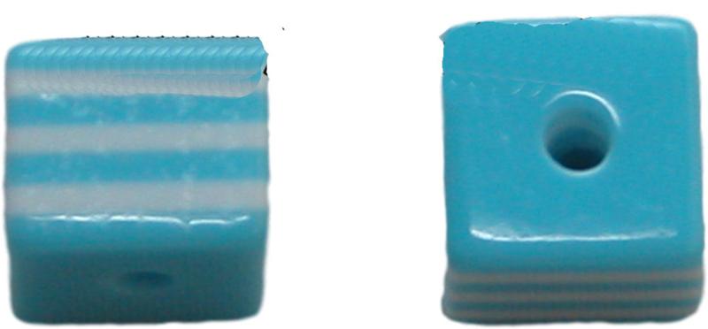 01643 Resin Vierkante kraal Blauw/wit 8mm; gat 2mm 11 stuks