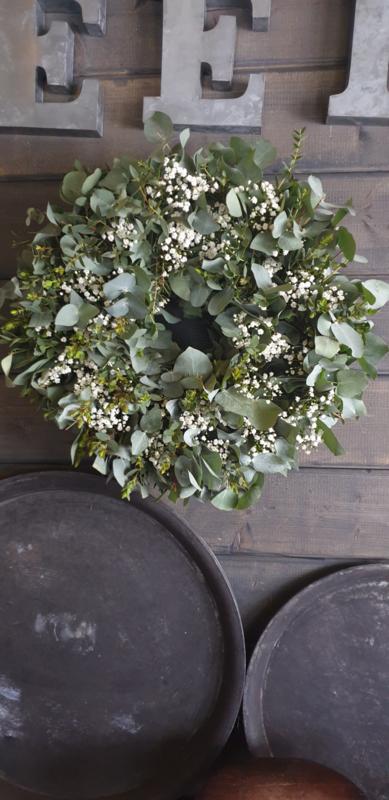 Krans van eucalyptus en gipskruid
