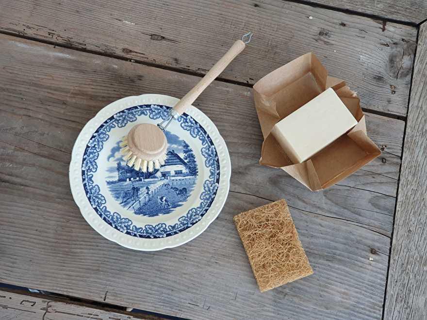 Bordje Boerenhoeve met duurzame afwasborstel, schuurspons van kokos en een blok afwaszeep.
