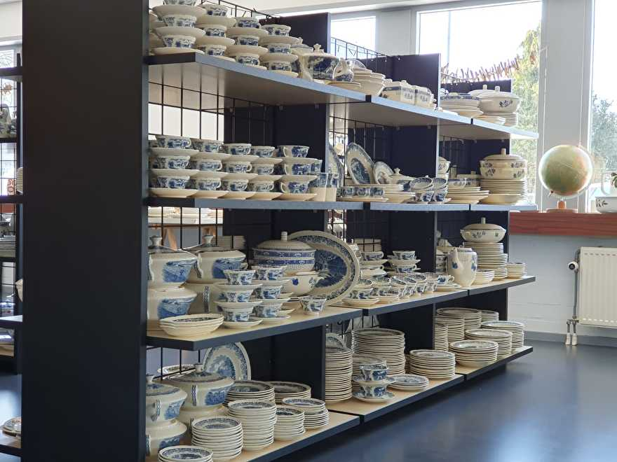 Kast vol Boerenhoeve en Butterflij Societe Ceramique