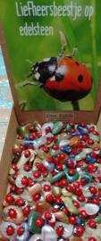 Liefheersbeestje op kleine edelsteen