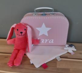 koffertje ster met naam, knuffeldoekje en knuffelkonijn -meisje