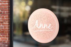 Raamsticker met naam 'spikkels' roze