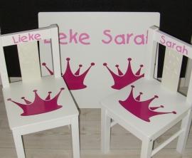 1 of 2 stoeltjes en tafeltje met naam en kroon