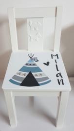 Stuhl mit Namen und Tipi Zelt
