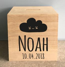 houten spaarpot met naam (en datum) en wolkje