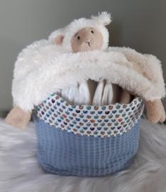 Handgemaakt commode mandje met knuffeldoekje lam en luiers
