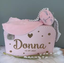 Koffertje met naam, hartje en dots met knuffeldoekje konijn meisje
