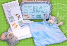 gevuld koffertje met geboortekaartje