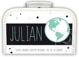 Koffertje met naam *Wereldbol jongen* Diverse kleuren koffertjes en bedrukking