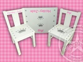 1 of 2 stoeltjes en tafeltje met naam en kroontje